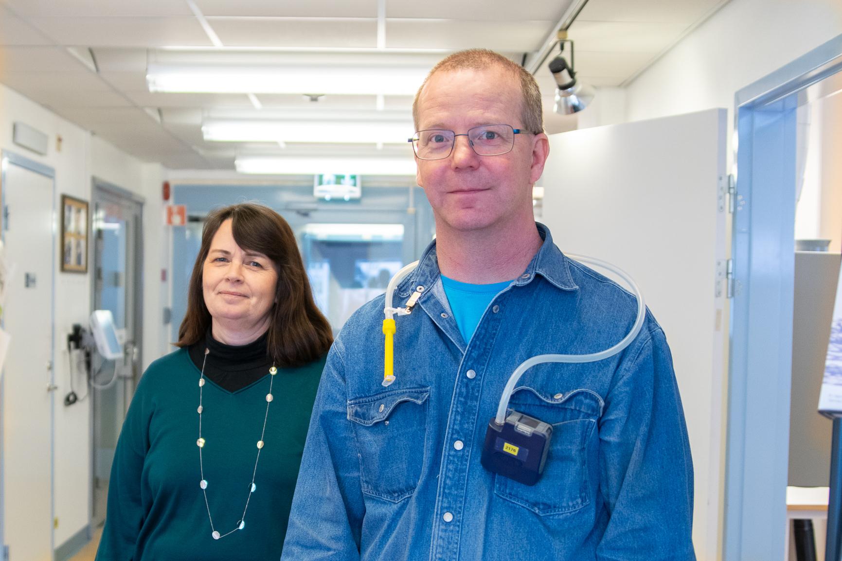 Lena Andersson, yrkeshygieniker, och Anders Johansson, mättekniker, ska mäta isocyansyra på arbetsplatser